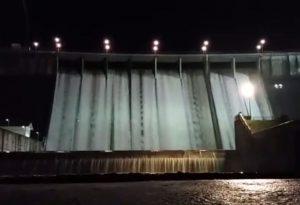 Diga di Mignano, l'acqua tracima: spettacolo notturno IL VIDEO