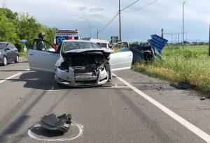 Incidente frontale tra due auto lungo via Farnesiana: tre persone ferite
