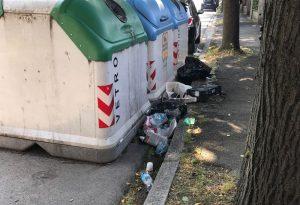 """Degrado in via Pietro Cella e auto in divieto, residente: """"Qui vige l'anarchia"""""""