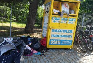 Degrado in via Vaiarini: rifiuti abbandonati in mezzo alla strada