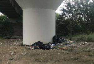 Discarica sotto il ponte Paladini: sacchi neri e bottiglie di plastica