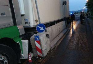 Camion urta i new jersey e perde 500 litri di carburante: ponte di Pievetta chiuso per ore