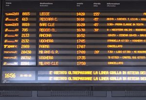 Giornata nera per i viaggiatori: locomotore esce dai binari, treni in tilt tra Piacenza e Milano