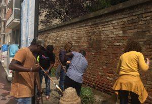 Richiedenti asilo puliscono i marciapiedi dello Stradone Farnese dalle erbacce