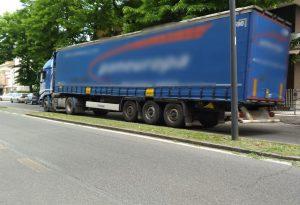 """Auto in divieto e passaggio dei camion: """"Anarchia in via Pietro Cella"""""""