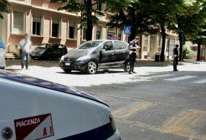 Investita da un'auto sulle strisce pedonali in via Farnesiana, 48enne in condizioni serie