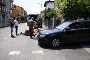 Scontro auto-bicicletta, un uomo d'urgenza al pronto soccorso