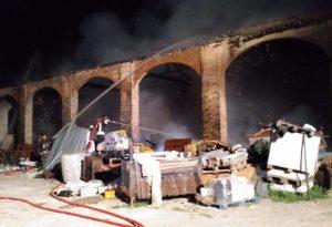 Le fiamme divorano un cascinale: super lavoro per i vigili del fuoco