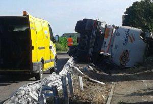 Besenzone: camion si ribalta perdendo il carico. Conducente illeso, disagi alla circolazione