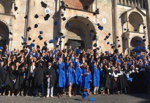 In Piazza Duomo festeggiamenti per i laureati della Cattolica. Suggestivo lancio del tocco FOTO E VIDEO