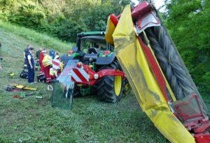 Si ribalta con il trattore mentre falcia l'erba: agricoltore all'ospedale in elicottero