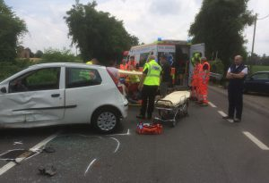 Scontro auto-moto: due feriti a Mucinasso. Disagi al traffico