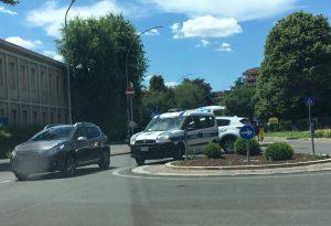 Via IV Novembre, incidente alla rotonda, ciclista investita da un'auto