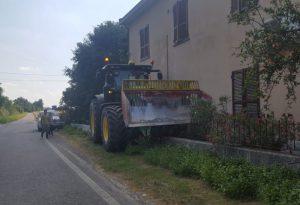 Perde il controllo del trattore e si schianta con la benna contro un'abitazione