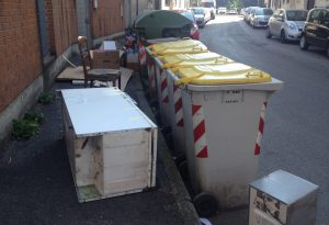 Salotto all'aria aperta: frigorifero e sedie abbandonate in via Giarelli