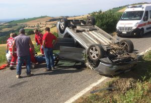 Tragedia sul passo della Caldarola: si ribalta un'auto, perde la vita un 79enne