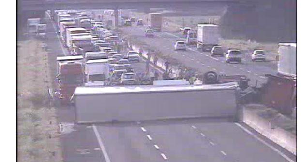 Spaventoso incidente in autostrada: camion di traverso, la motrice nella carreggiata opposta. Grave l'autista