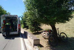 Si urta con un'auto e cade: ciclista piacentino in condizioni molto gravi portato a Parma con l'elisoccorso