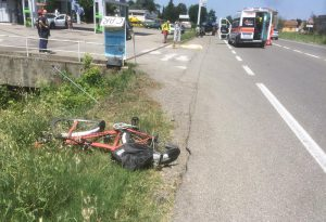 Tragedia sulla statale 45: travolto da un'auto, ciclista 52enne fa un volo di parecchi metri e muore sul colpo