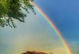 """Acquazzone e poi spettacolo in cielo: sui social, """"corsa"""" all'arcobaleno più bello. FOTO"""
