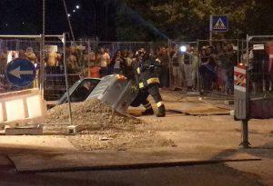 Si schianta con l'auto in un cantiere stradale e precipita in uno scavo