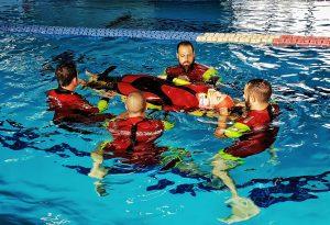 Manovre di salvataggio in piscina, lezione della Croce Rossa