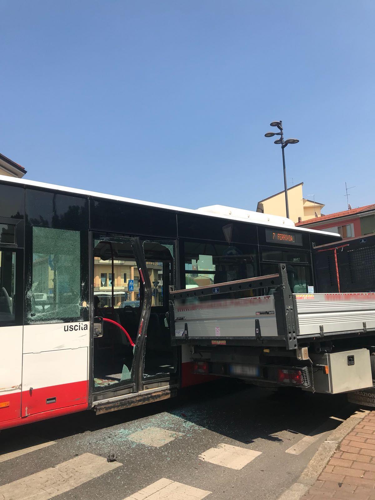 Furgone sfonda la porta del bus alla rotonda disagi al - Autobus prima porta ...