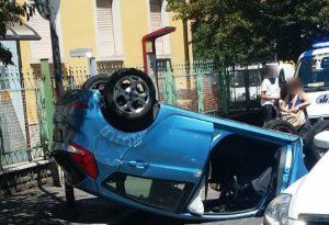 Scontro in via Montebello, auto si ribalta e finisce a ruote all'aria