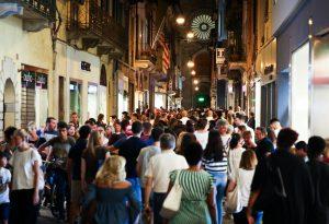 Pattinaggio, vinili, paella e anni '70. Ancora folla in centro per i Venerdì Piacentini. FOTO
