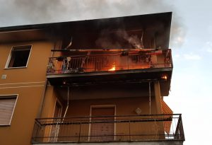 Appartamento divorato dalle fiamme, due persone intossicate a Borgonovo