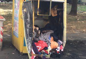Altri 4 cassonetti dell'immondizia bruciati nella notte in zona Stadio