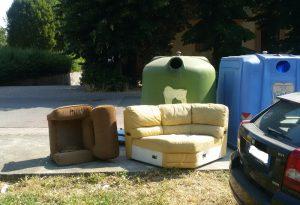 Degrado in città: poltrona e divano più aspirapolvere disponibili in via Tansini