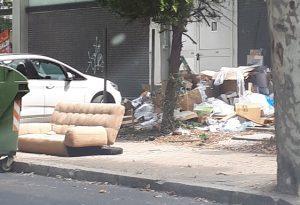 In via Abbondanza abbonda il degrado: divano e pila di cartoni abbandonati