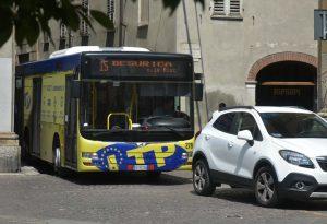 Ecco cosa succede quando si parcheggia su un incrocio: autobus bloccato