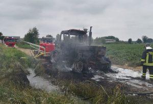 Trattore divorato dalle fiamme: sul posto i vigili del fuoco FOTO