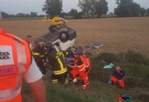 Si ribalta un pulmino in autostrada: dieci feriti, uno in condizioni molto gravi