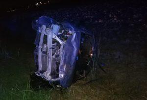 Auto sbanda dopo una semicurva e si schianta nel canale: tre 25enni feriti nella serata di Ferragosto