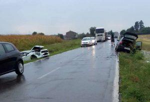 Scontro sulla provinciale a Chiavenna Landi, tre feriti e un'auto nel fosso