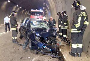 Scontro frontale tra un furgone e un'auto nella galleria  Montecucco, muore una donna. Ferita  17enne