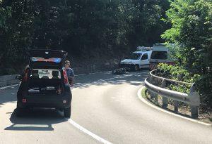 Tragico schianto contro un'auto, motociclista muore sulla Statale 45
