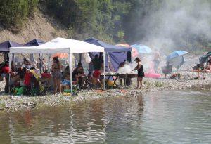 Val Trebbia invasa dai bagnanti. Tuffi, grigliate e pioggia di multe alle auto