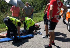 Perde il controllo della bici e cade rovinosamente sulla strada: 40enne trasportata a Parma