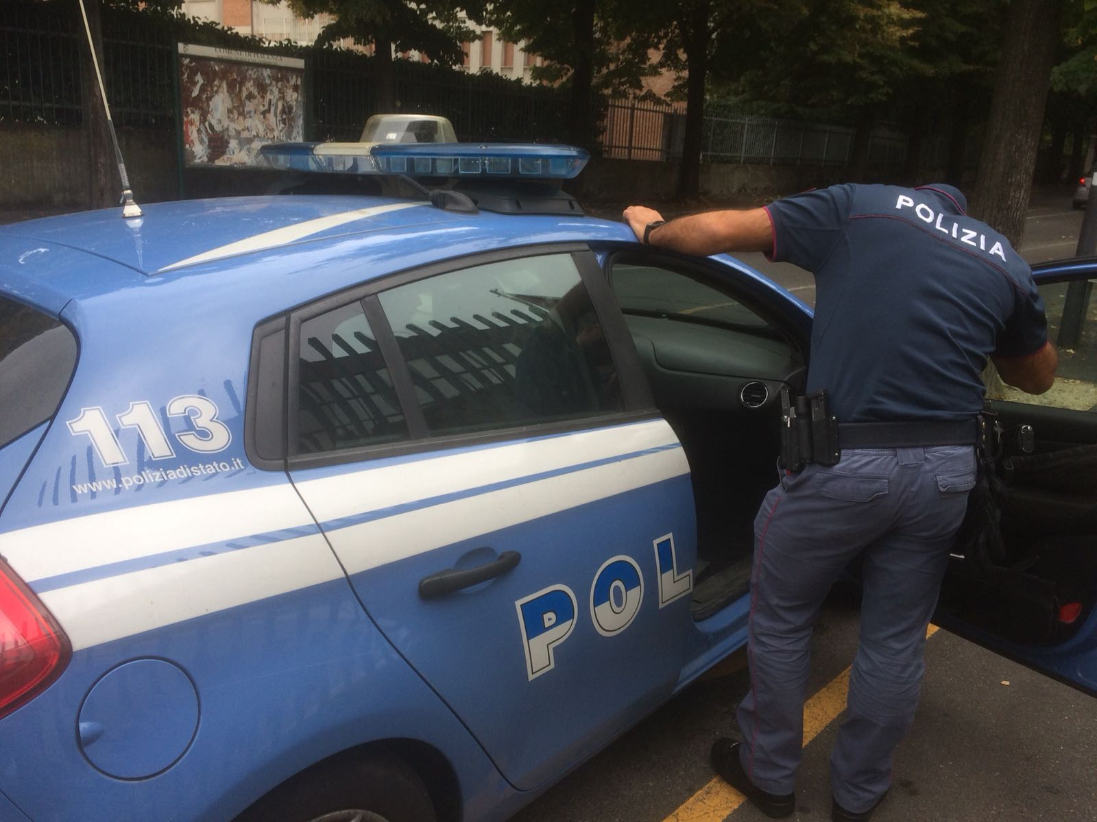 Ruba una bottiglia, ma viene scoperto: egiziano picchia commesso, vigilante  e un poliziotto
