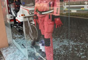 Vandali a San Nicolò: sfondate le vetrate della esposizione Croce Rossa