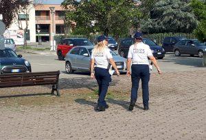Tenta di scippare una donna, ma interviene la municipale: denunciato