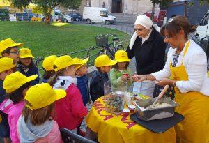 Campagna Amica: i bambini imparano a riconoscere l'uva del nostro territorio in Piazza Duomo