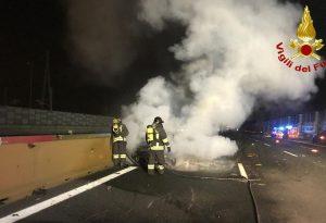 Esce dall'auto in fiamme dopo un tamponamento: pensionato piacentino travolto e ucciso