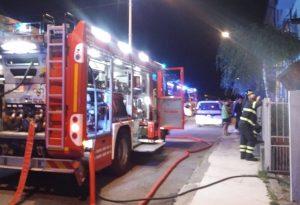 Incendio in una palazzina di via XXIV maggio, intervengono i pompieri