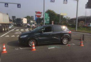 Scontro tra un'auto e un Tir, lievi disagi al traffico in via Emilia Pavese