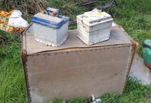 Via Finarda, spunta una discarica abusiva: taniche e scatoloni. Le foto